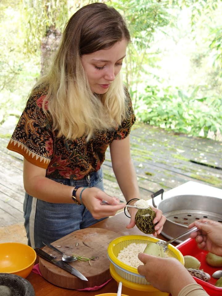 Stuffing rice into pitcher plants