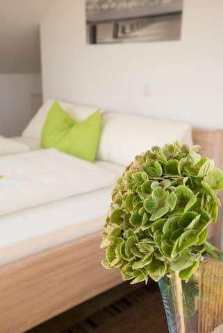 Pension Jederzeit (Wallersdorf), Doppelzimmer Mansarde - komfortabel und hochwertig ausgestattet