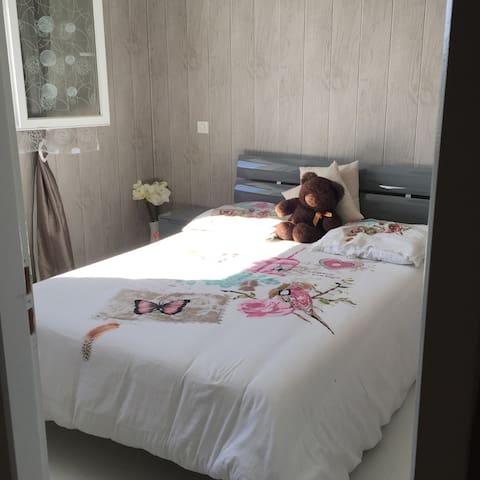 Chambre dans une maison chaleureuse - URT - ที่พักพร้อมอาหารเช้า
