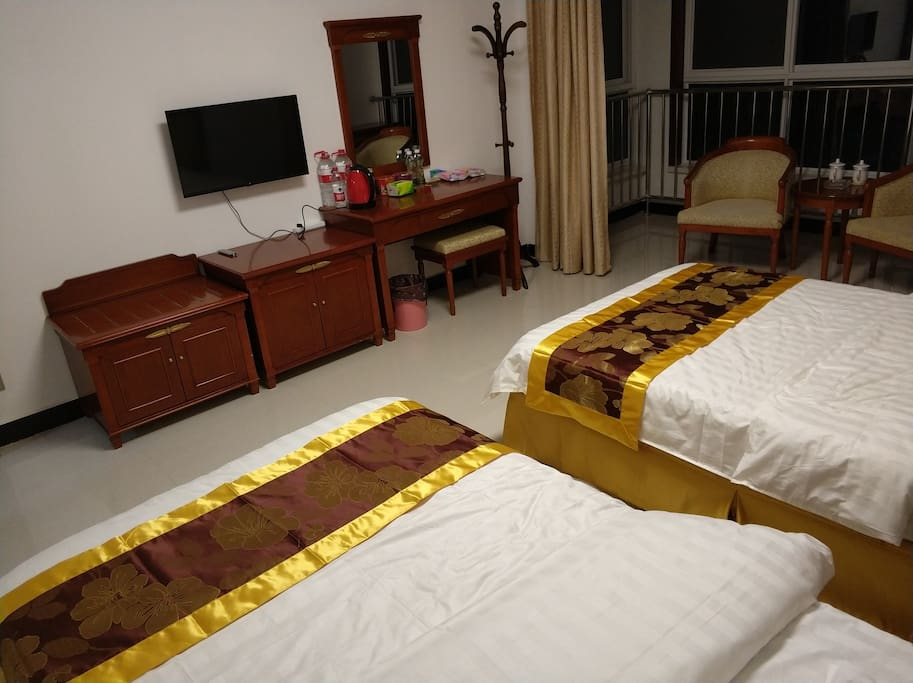 大卧室、1.2米床两张、圈椅