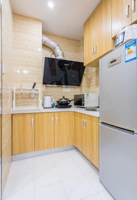 厨房 有基本调料。冰箱。微波炉都有