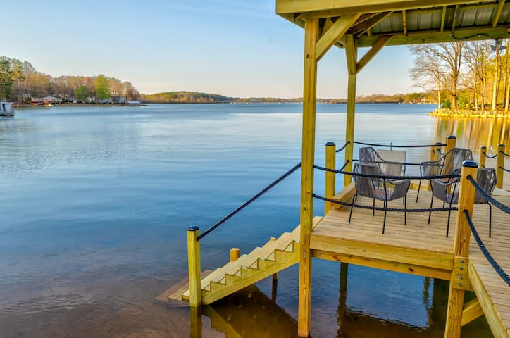 Luxury Waterfront Lake House, sleeps 21