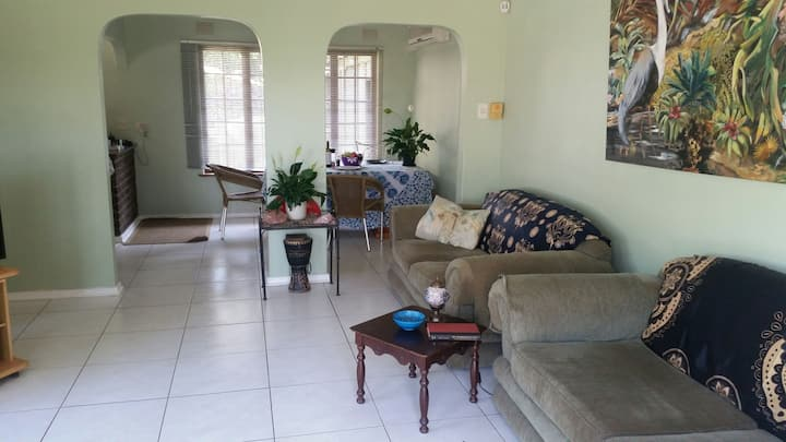 Peaceful house - Pool, Dstv, Wifi near to Airport.