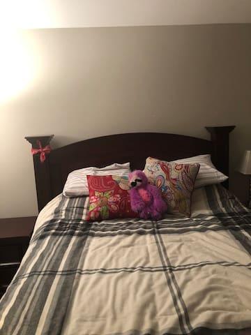 Nice queen bed in a cozy room