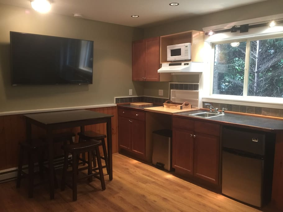 Kitchenette with dining table