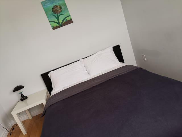 【3号房】二楼独立卧室,标准双人床,大空间壁橱,共享卫生间;放眼窗外草坪公园和绿荫街道尽收眼底!