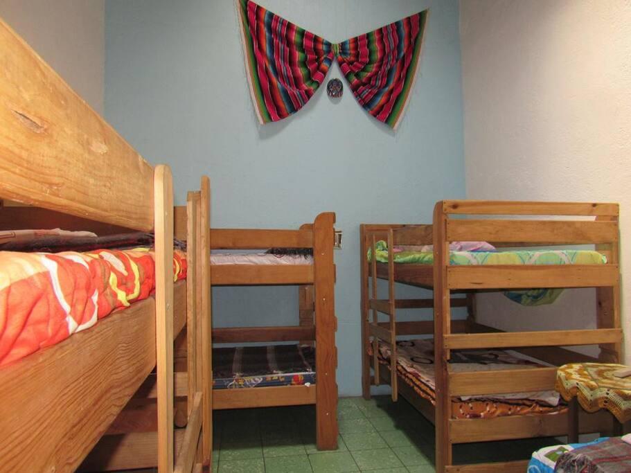 La decoración y las literas de un dormitorio.