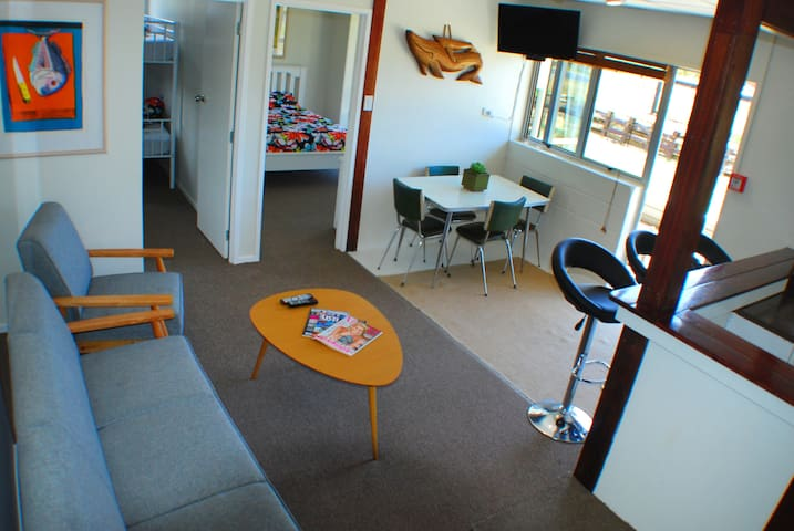Matapouri Holiday Unit 4 - Beach Front! - Matapouri - Apartment