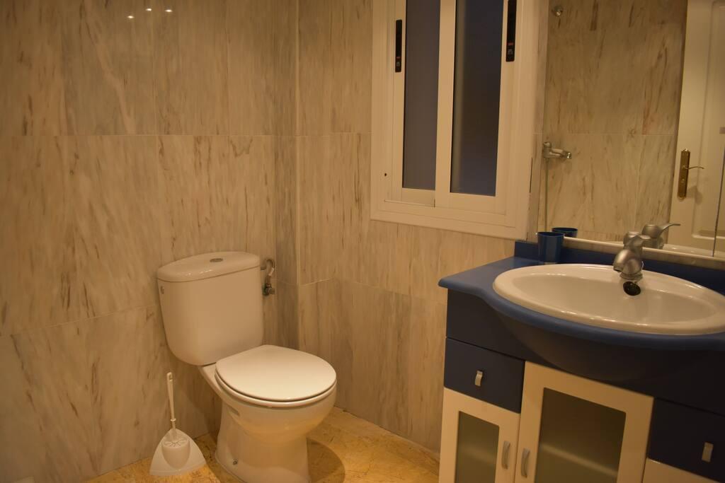 Aseo con ducha primera planta/ Туалет с душем на первом этаже