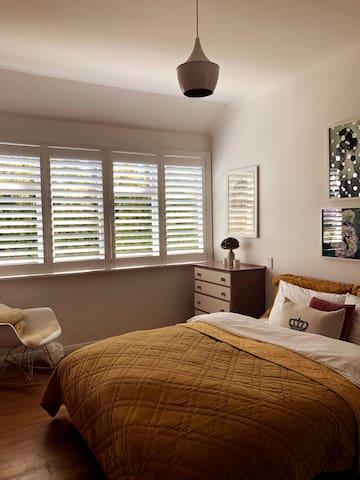 Stylish Sunny Room, Close to City