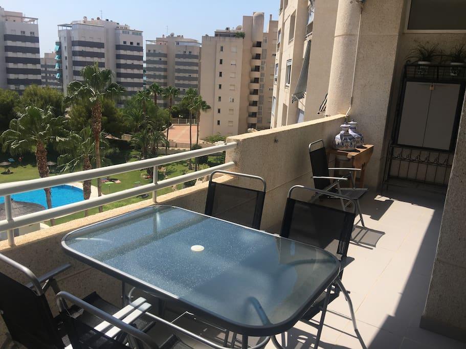 Balcon vue sur piscine et jardin