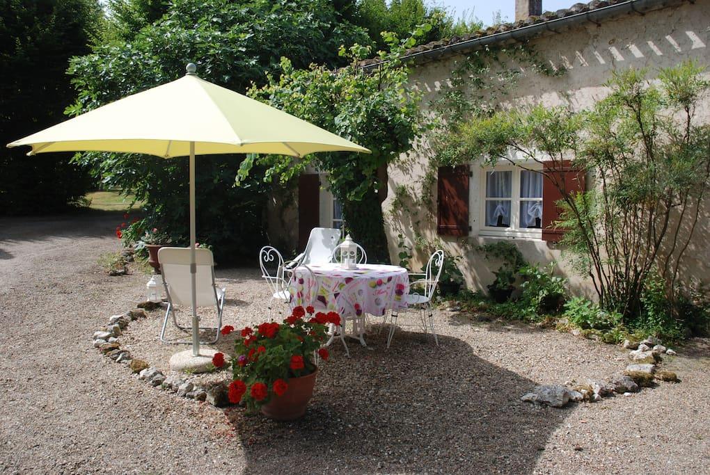 Terrasse donnant directement sur la cuisine pour tous vos repas en extérieur et barbecue
