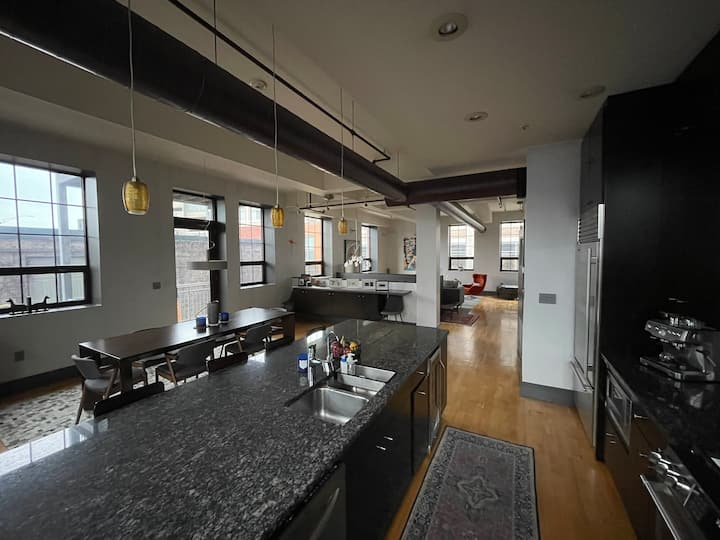 Upscale Downtown Loft @ Riverwalk w/Parking & BBQ