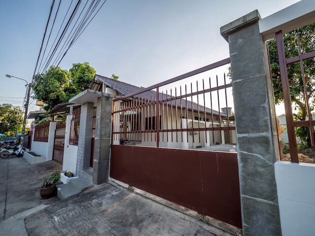 Private house (2 bedrooms) for family - Bangkok - House