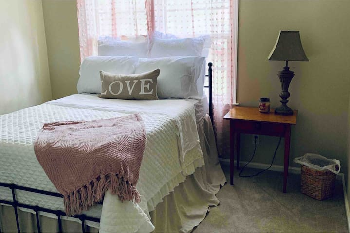 Cozy Private Room Near ECU & Vidant Medical Center