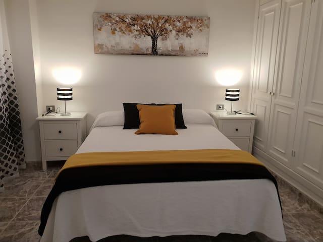 Dormitorio con cama de 150. Dispone de gran armario,comida,ventilador