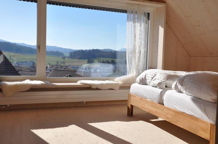 Prächtige Aussicht. Rechts Schlafbereich, links Wohnbereich.