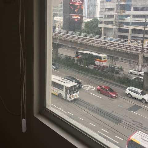 A nice EDSA street view to see the outdoors...