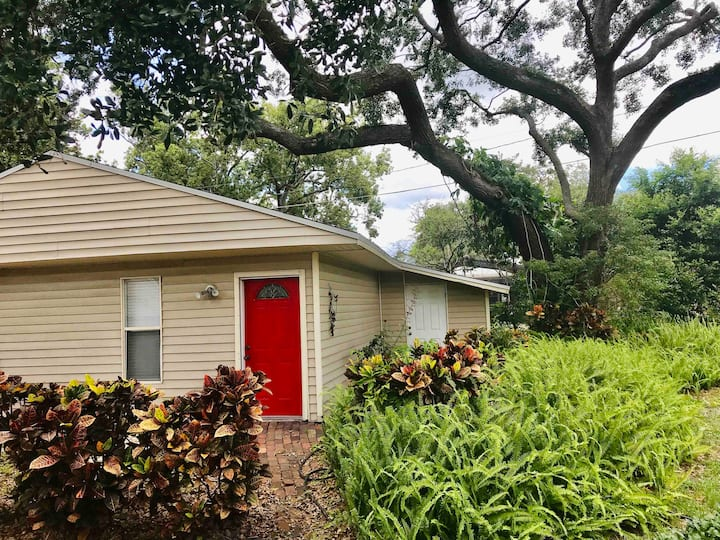 Cozy, private studio, near Downtown and Disney!