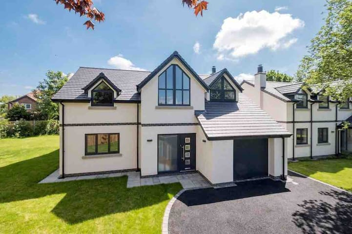 Luxury 4 Bedroom detached house on Private Road