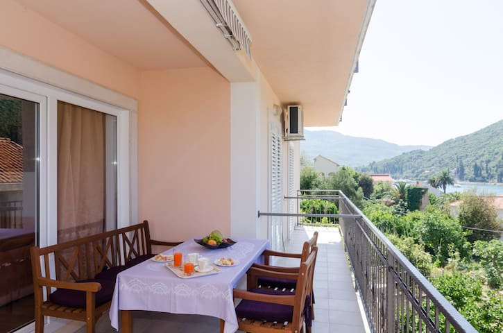 Marela - Apartment with Balcony and Sea View