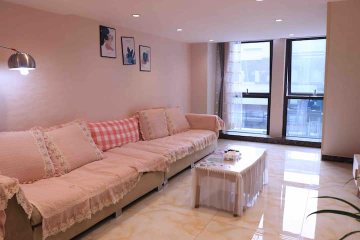 阿黄的民宿 二层复式公寓 粉色温馨的风格,近商学院路口公交车站、横店电影城、国际派商业区、丽阳新城.