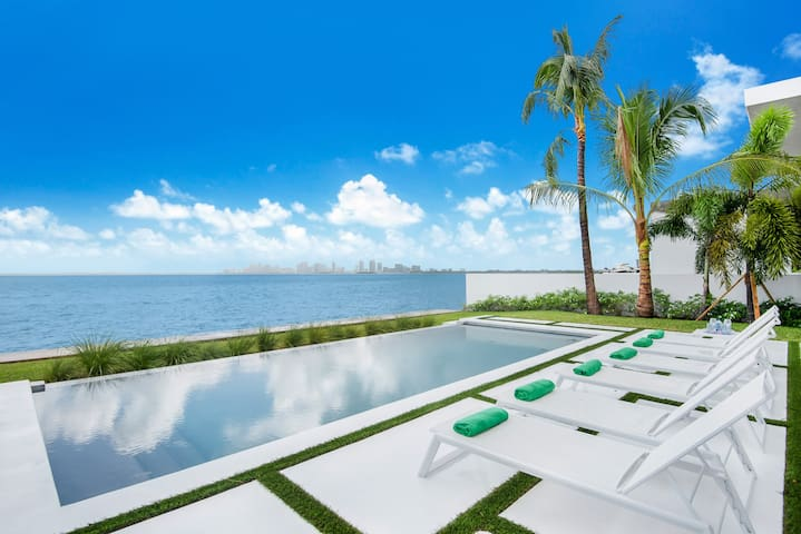 Best Bayfront View. New construction w/ pool