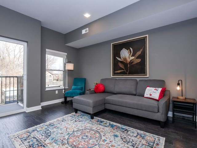 Brand New Luxury Condo Minutes from Downtown F5