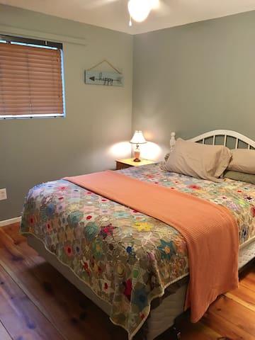 Bedroom. Queen size bed