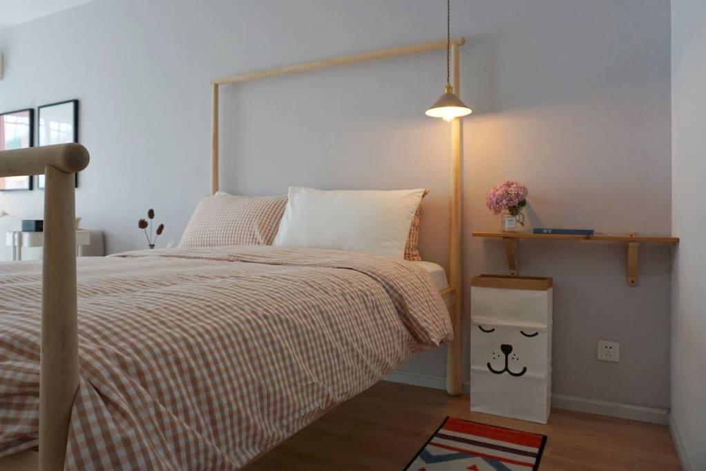 卧室选用独立弹簧天然乳胶床垫,一人翻身另一个完全不受影响,希望给您带来无忧的睡眠体验