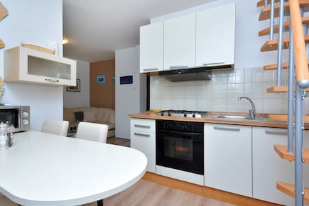 Renovated apartment, 40m from beach - Nečujam - Wohnung