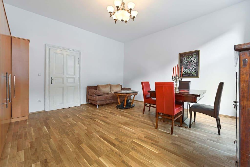 Wohnzimmer mit ausziehbarer Couch.