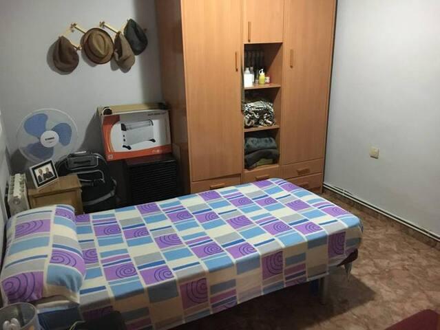 Habitación individual privada en Canovelles
