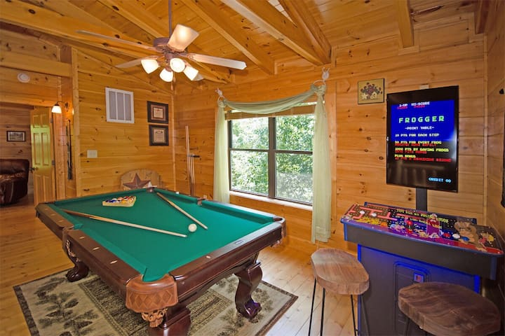 LOG CABIN  MTV  HOT TUB LOCATION!!  5min - PARKWAY