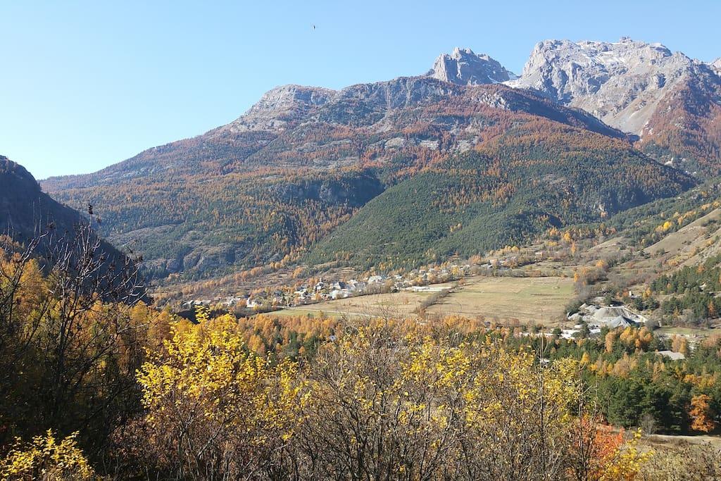 Le village de Prelles, le massif des écrins juste derrière