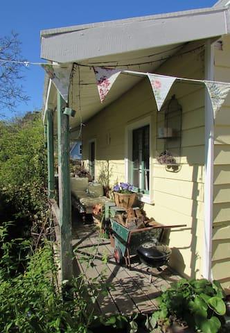 Banksia Cottage; Banks Peninsula