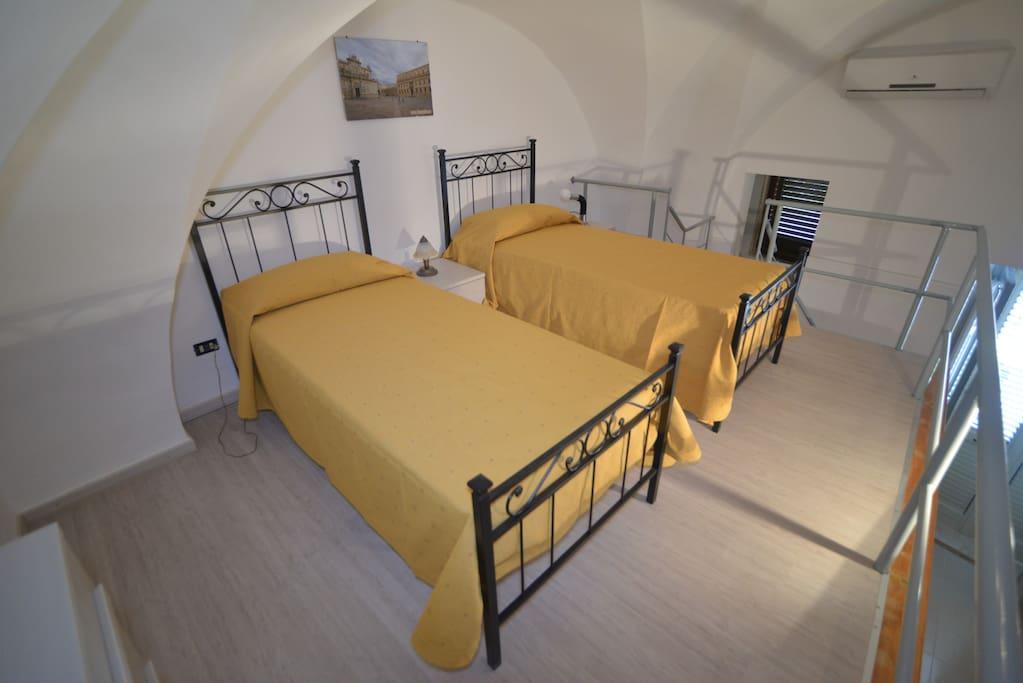 Camera da letto soppalcata, con due letti singoli