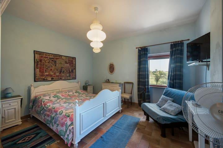 Primo piano lato sud: camera matrimoniale con bagno (poltrona letto singolo ripiegabile) finestra a sud In inverno stufa catalitica