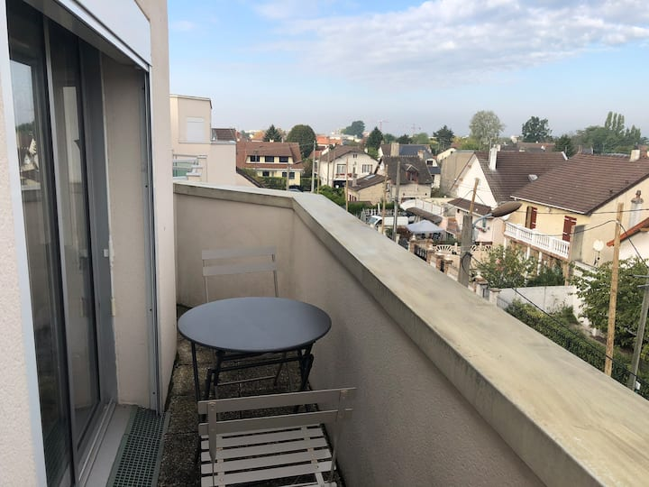 Studio avec Balcon, parking inclus. Calme.