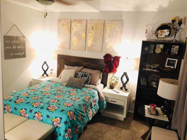 Guest bedroom w/ private bath; very close to TAMU!
