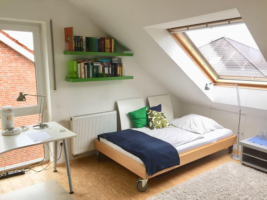 Ein gemütliches Bett wartet auf dich. Das Dachfenster hat elektrische Außenrolladen. Die Rolladen am großen Fenster sind manuell zu bedienen. Das Fenster hat ein Mückennetz.