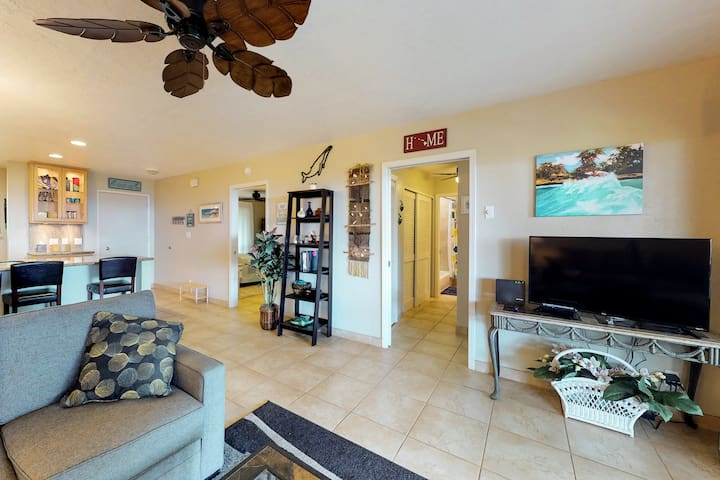 Relaxing ocean view tropical retreat - close to beaches & fun-filled attractions