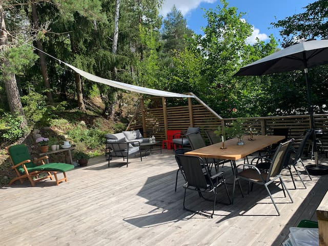 Mysigt sommarhus med stor altan nära till badsjö!