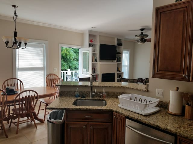 Family Friendly Peaceful-Close in 6 BR 4 Baths.
