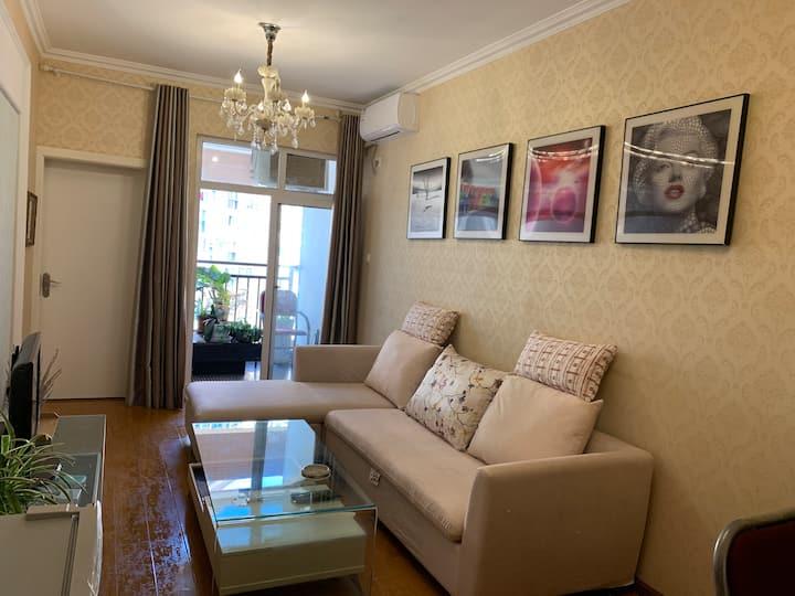 [悦来客]自贡长途车站旁,南湖国际社区,温馨大床,精装两居室