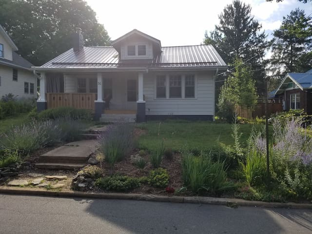 Cute bungalow in the heart of West Asheville.