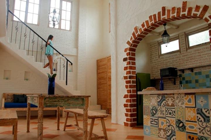 アンティーク家具、全て完備な部屋。ビーチそばの人気のスミニャックエリア!