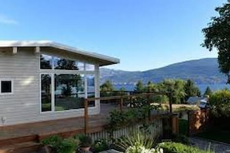 Summerland Views, with Huge Backyard and Hot Tub - Summerland - บ้าน