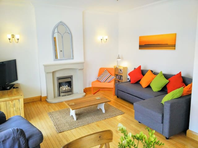 Dudley House, sleeps 6, central village location - Woolacombe