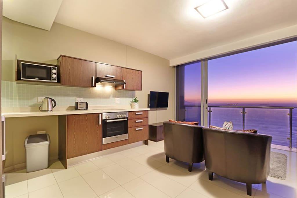 Kitchen & Lounge.